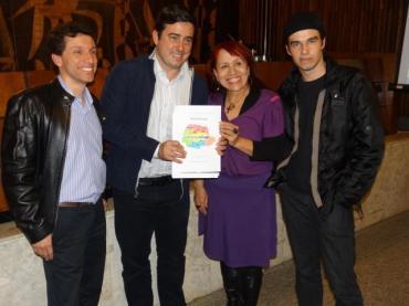 Blogueiros entregam propostas de emendas ao presidente da Comissão que analisa o Marco Civil da internet na Câmara Federal, deputado João Arruda